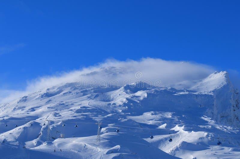Montañas suizas: Vista panorámica al área Parsenn/Weiss de Wintersport fotos de archivo libres de regalías