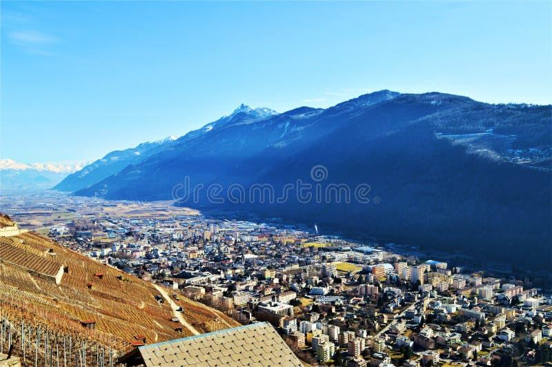 Montañas suizas y vista panorámica de pueblos fotos de archivo libres de regalías