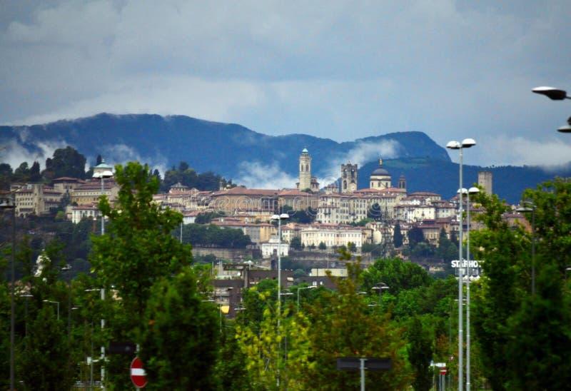 Montañas superiores históricas Italia de la ciudad y de las montañas de Bérgamo foto de archivo
