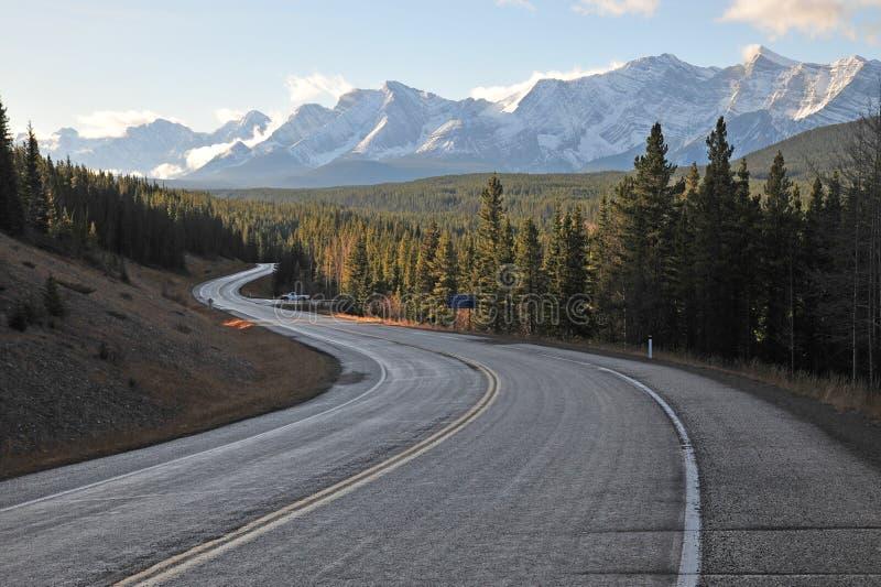 Montañas y carretera de la mañana fotografía de archivo libre de regalías
