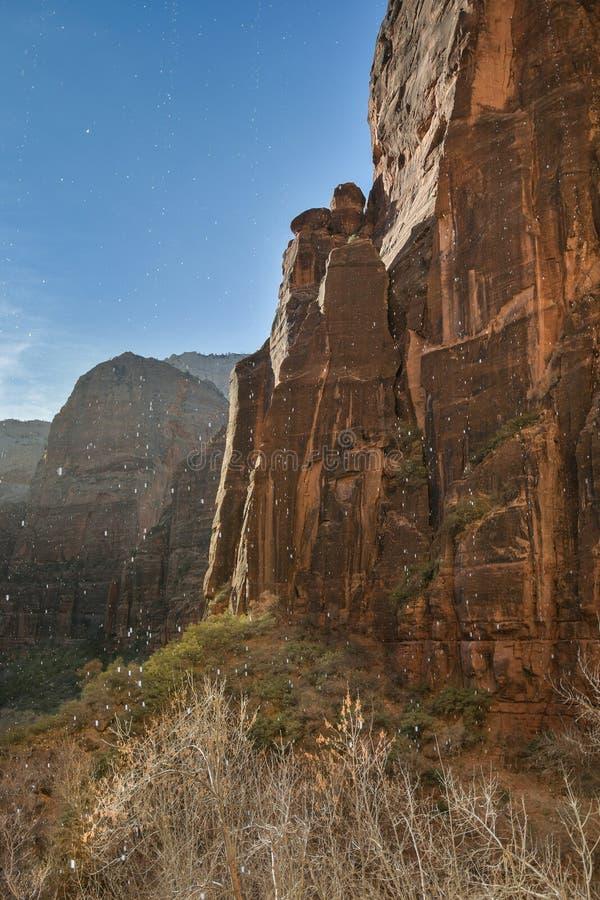 Montañas y cascada en Zion National Park imagen de archivo