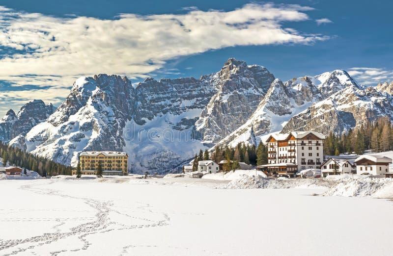Montañas y centro turístico de las dolomías en invierno imagen de archivo libre de regalías