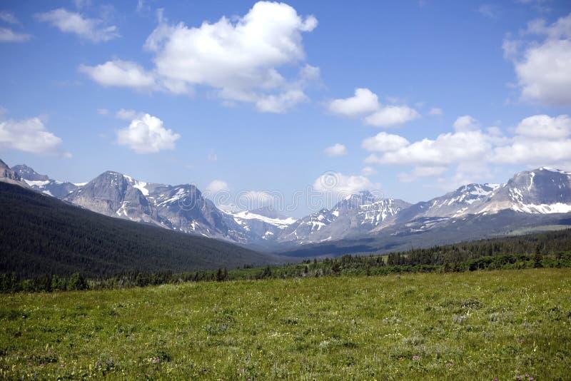 Montañas y cielo azul fotos de archivo libres de regalías