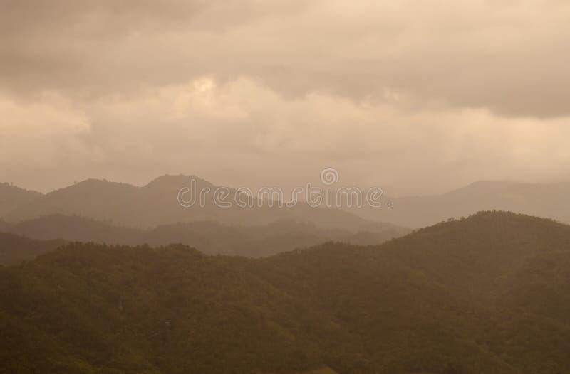 Montañas y cielo hermosos del fondo de la naturaleza de la salida del sol del paisaje imagenes de archivo