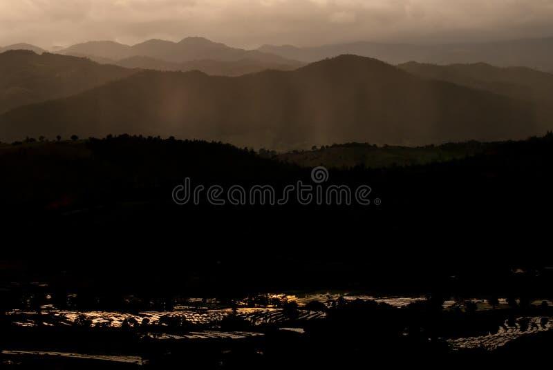 Montañas y cielo hermosos del fondo de la naturaleza de la salida del sol del paisaje imágenes de archivo libres de regalías