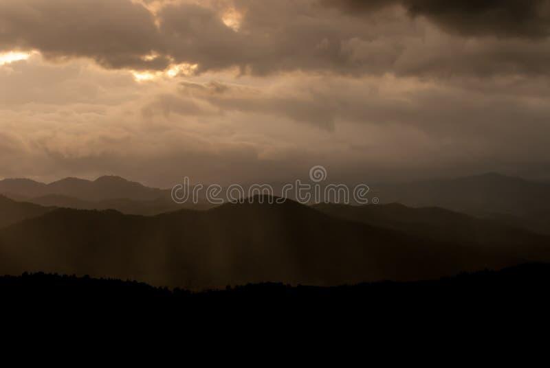 Montañas y cielo hermosos del fondo de la naturaleza de la salida del sol del paisaje fotos de archivo libres de regalías