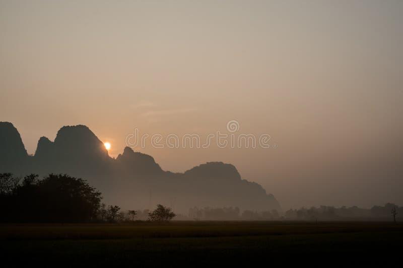 Montañas y cielo hermosos del fondo de la naturaleza de la salida del sol del paisaje fotografía de archivo libre de regalías