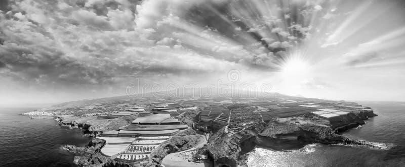 Montañas y costa costa, visión aérea en la oscuridad foto de archivo libre de regalías