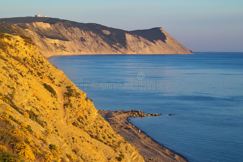 Montañas y el mar fotos de archivo