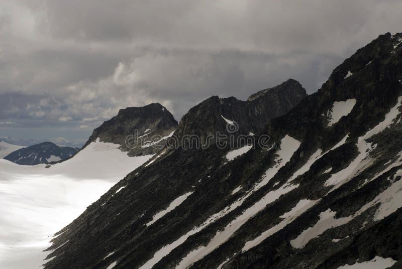 Montañas y glaciares en Jotunheimen fotografía de archivo