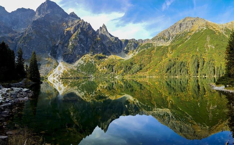 Montañas y lago cristalino fotografía de archivo