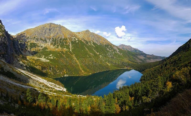 Montañas y lago cristalino imagenes de archivo