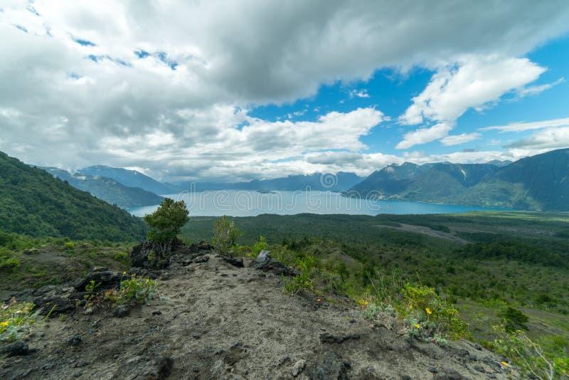 Montañas y lagos cerca de Puerto Varas Chile, Patagonia fotografía de archivo libre de regalías