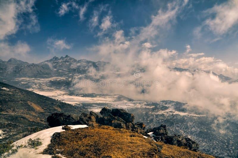 Montañas y nubes en Arunachal Pradesh, la India foto de archivo libre de regalías