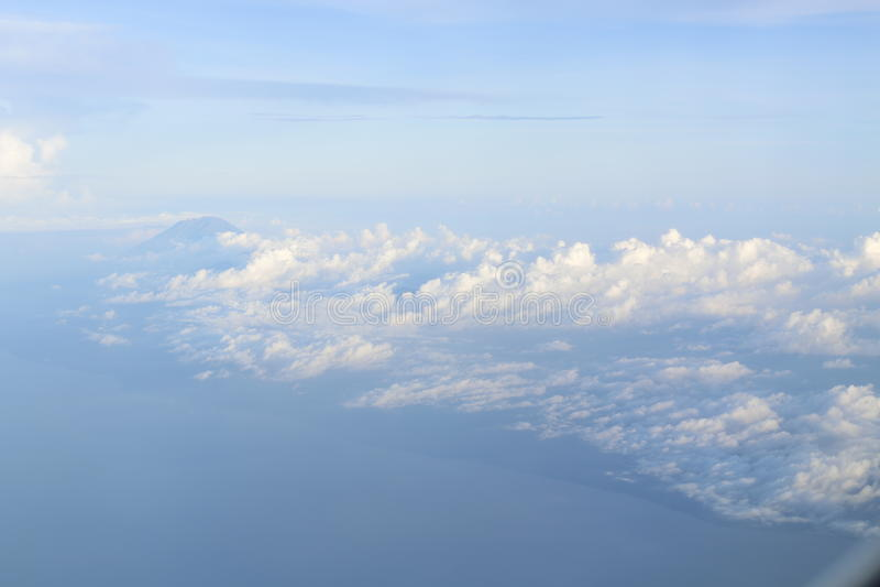 Montañas y nubes mullidas fotos de archivo