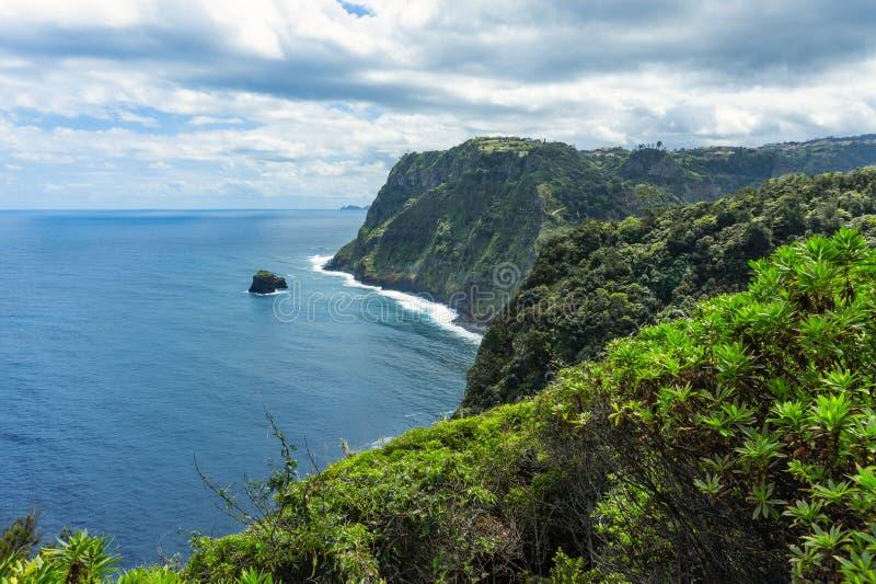 Montañas y océano en costa atlántica septentrional cerca de Boaventura, Madeira foto de archivo