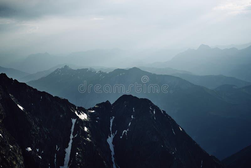 Montañas y picos de la nieve de Chamonix foto de archivo