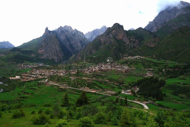 Montañas y pueblo chinos imagenes de archivo