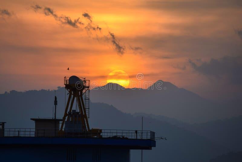 Montañas y puesta del sol hermosa Lago Udawalawa foto de archivo