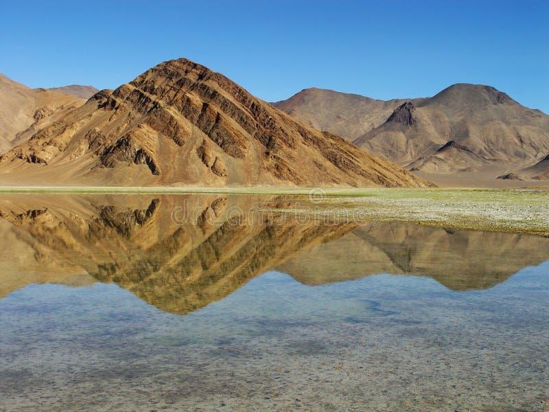Montañas y reflexión fotografía de archivo libre de regalías