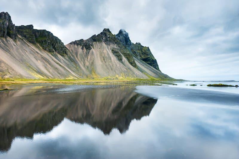Montañas y reflexión en la costa del Océano Atlántico fotografía de archivo libre de regalías