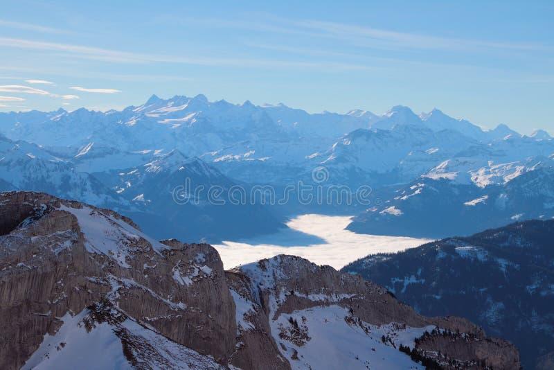 Montañas y revestimiento sobre el lago en las montañas Pilatus, Alfalfa, Suiza imagenes de archivo
