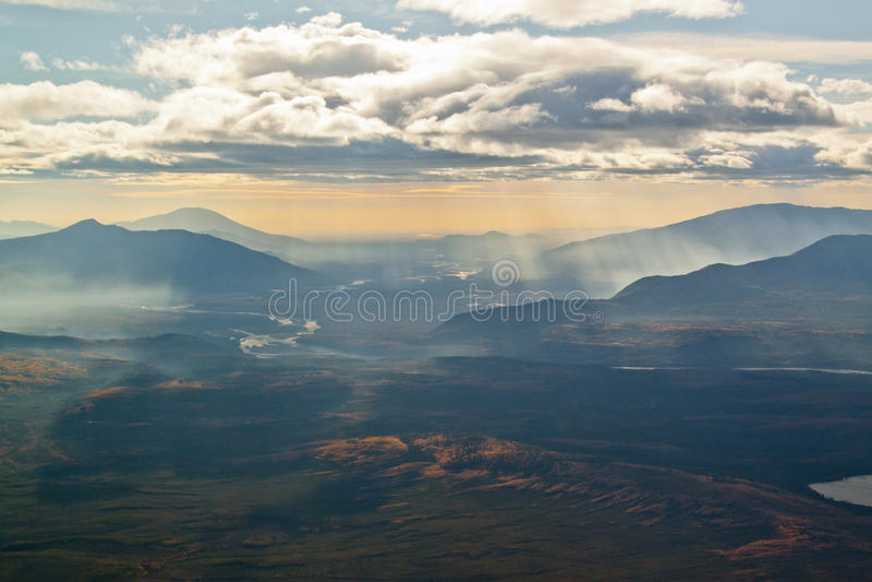 Montañas y River Valley imágenes de archivo libres de regalías