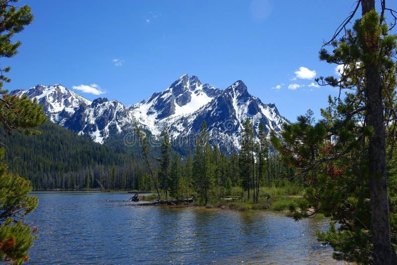 Montañas y Stanley Lake del diente de sierra del ` s de Idaho foto de archivo libre de regalías