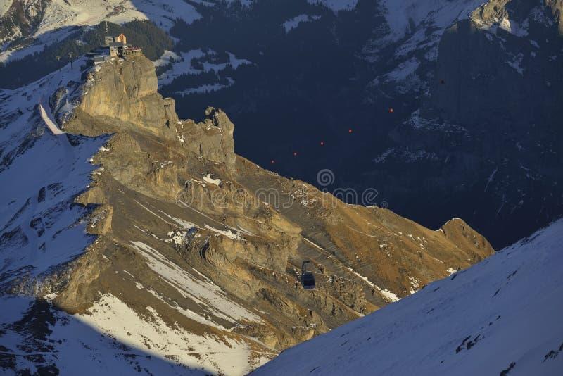 Montañas y teleférico del invierno fotografía de archivo
