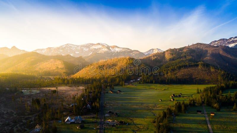 Montañas y un pueblo foto de archivo libre de regalías