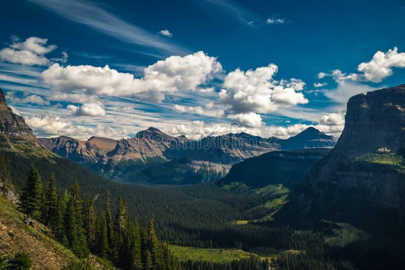 Montañas y valles debajo de las nubes móviles foto de archivo libre de regalías