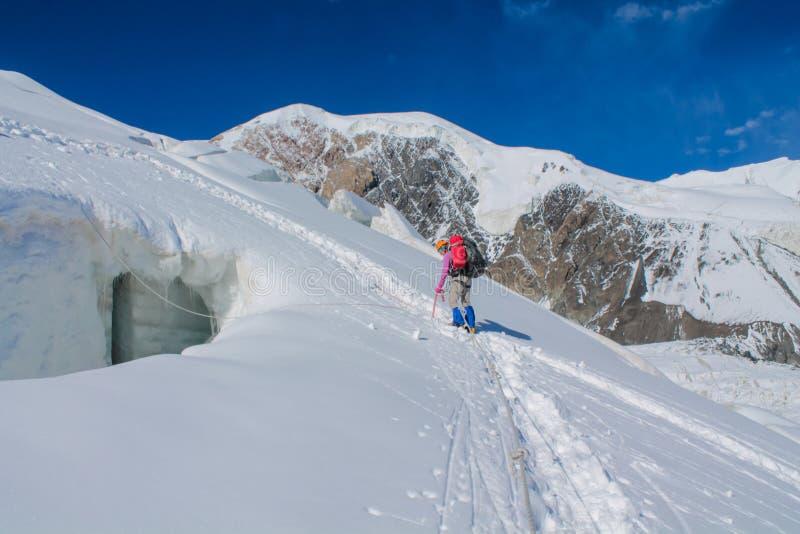 Montañeses en la nieve del glaciar de la montaña en subida de la cumbre de Himalaya foto de archivo libre de regalías