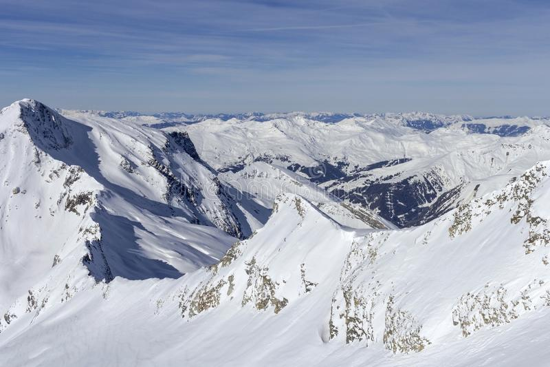 Monta?as austr?acas en invierno Paisaje alpino de la montaña de las montañas en el Tirol, top de Europa imagen de archivo