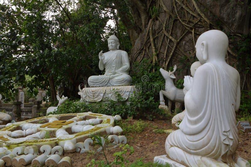 Monta?as del m?rmol de Vietnam, Danang enero de 2017: Estatua de m?rmol de un Buda en la monta?a de m?rmol fotografía de archivo libre de regalías