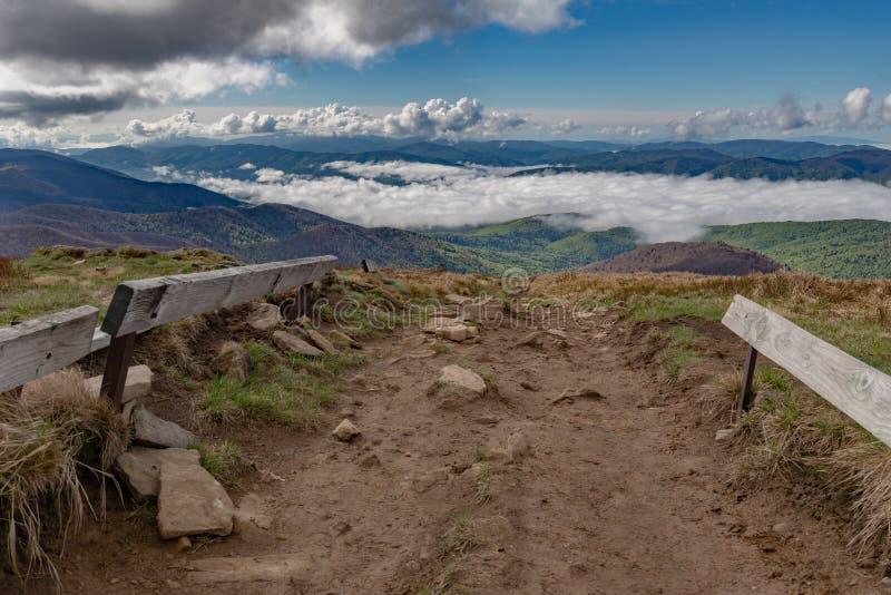 Monta?as en Europa Central por la ma?ana El valle cubri? con una capa de nubes fotos de archivo