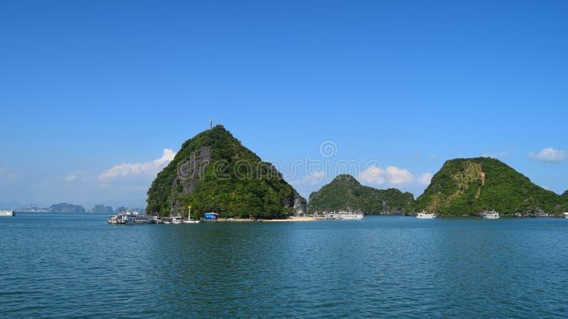Monta?as largas de Halong de las islas de la bah?a de la ha en el mar del sur de China, Vietnam Sitio Asia del patrimonio mundial imagenes de archivo