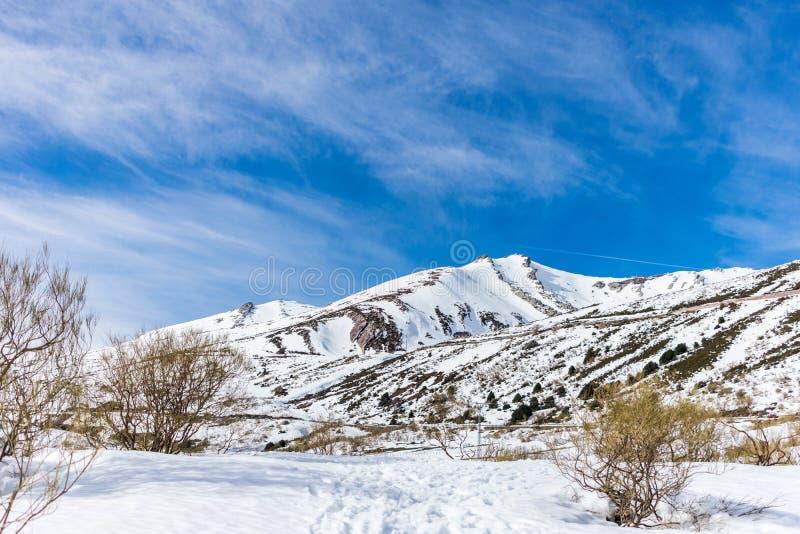 Monta?as Nevado con el cielo azul imágenes de archivo libres de regalías