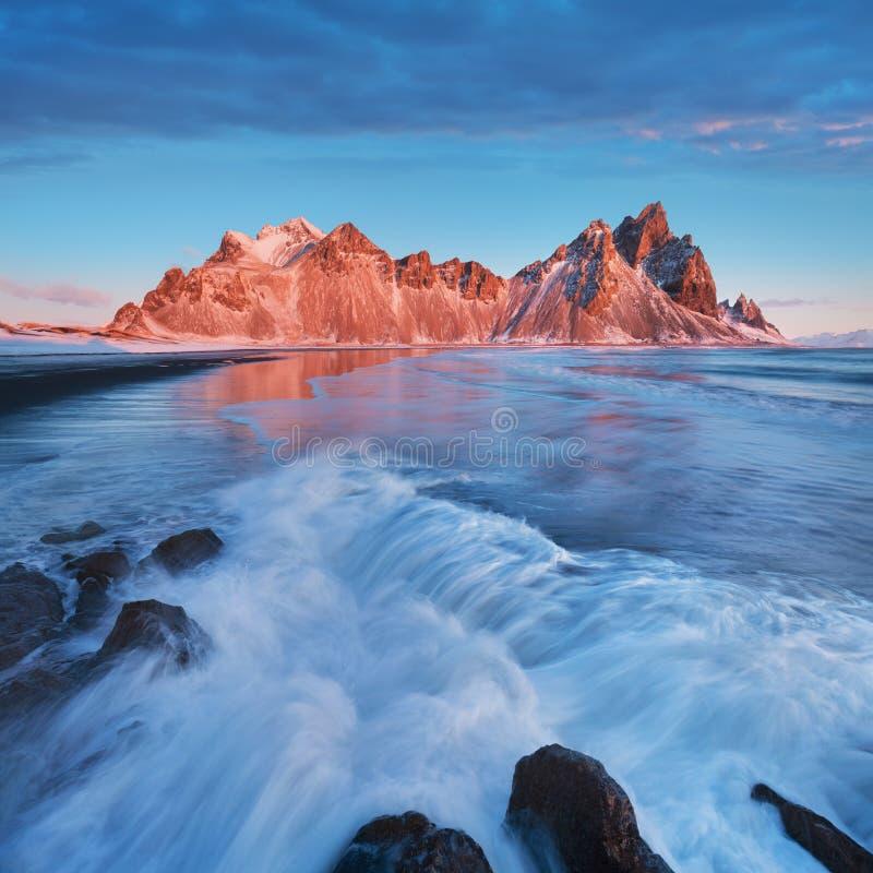 Monta?as y playa m?gicas de Vestrahorn en Islandia en la salida del sol Vista panor?mica de un paisaje asombroso island?s Vestrah imagen de archivo