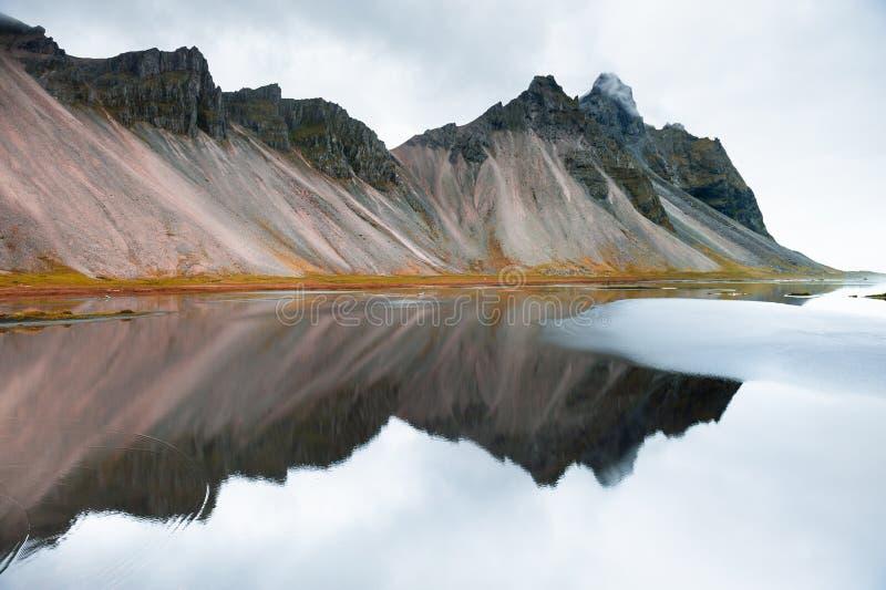 Monta?as y reflexiones en la orilla de Oc?ano Atl?ntico, Islandia meridional imagenes de archivo