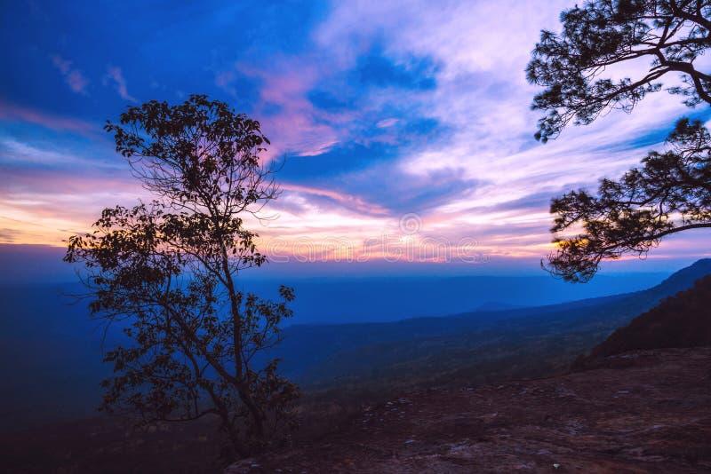 Monta?a natural del cielo de la opini?n del paisaje Mountain View Asia tropical Atmósfera de la puesta del sol del bosque de la m fotos de archivo