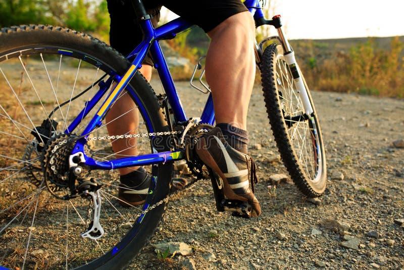 Montada do ciclista do Mountain bike exterior foto de stock
