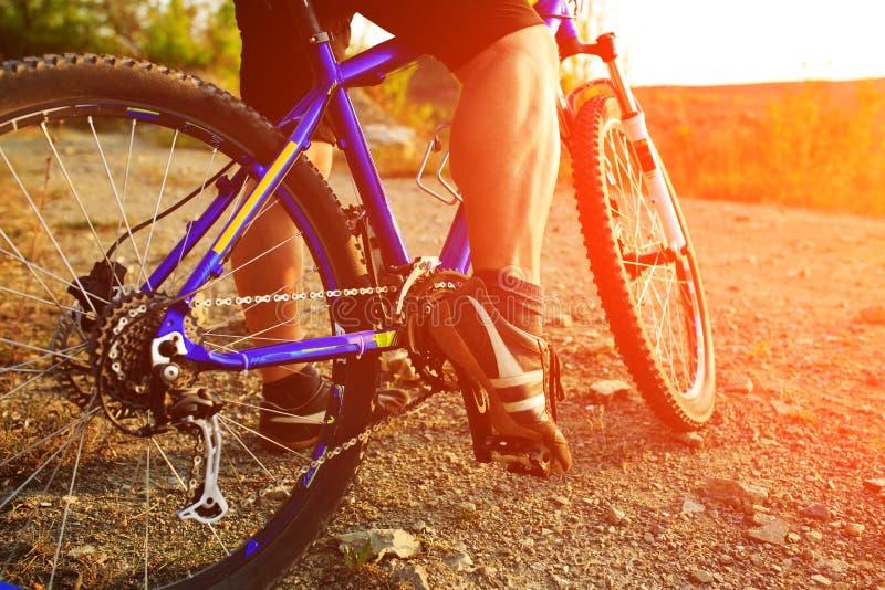 Montada do ciclista do Mountain bike exterior imagens de stock royalty free