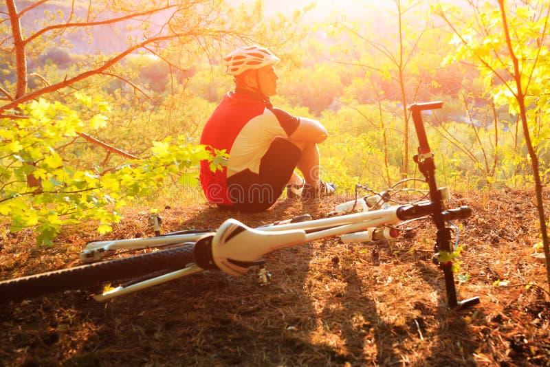 Montada do ciclista do Mountain bike exterior imagens de stock