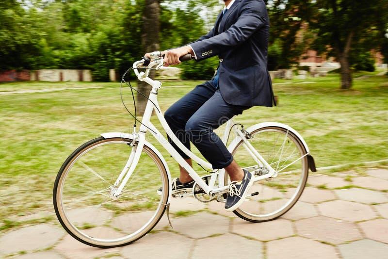 Montada na bicicleta fotos de stock royalty free