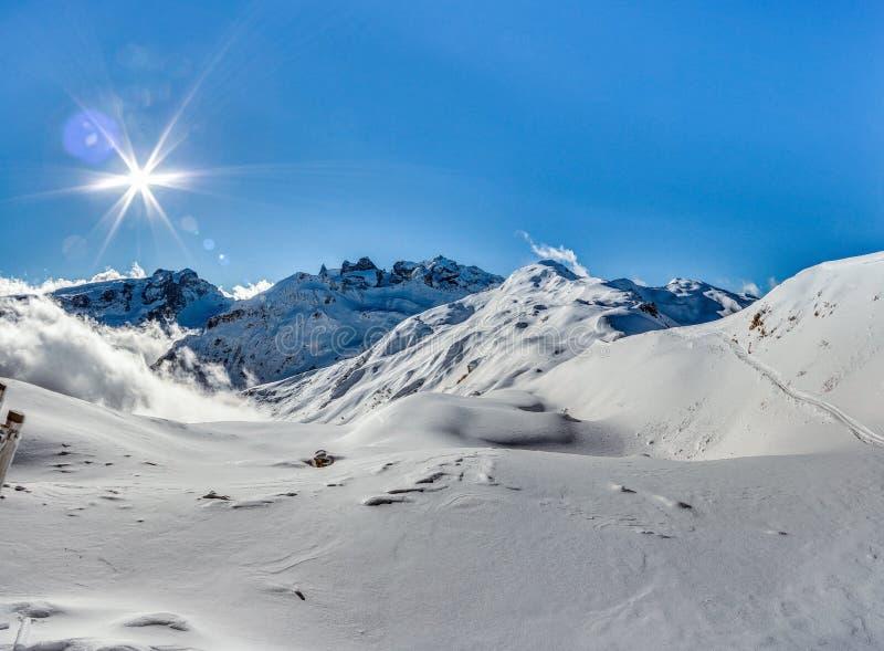 Montafon滑雪区域的山景 库存图片
