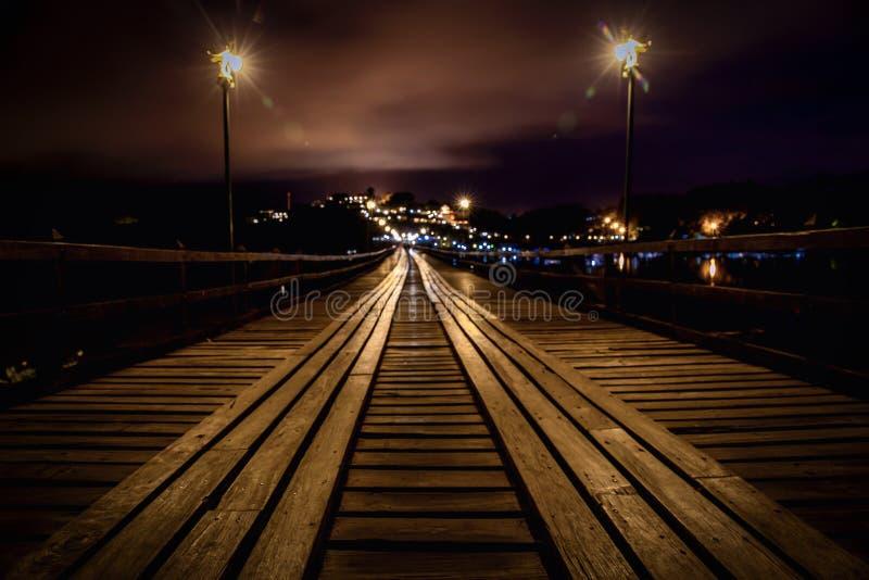 Montag-Brücke nachts in Thailand lizenzfreies stockfoto