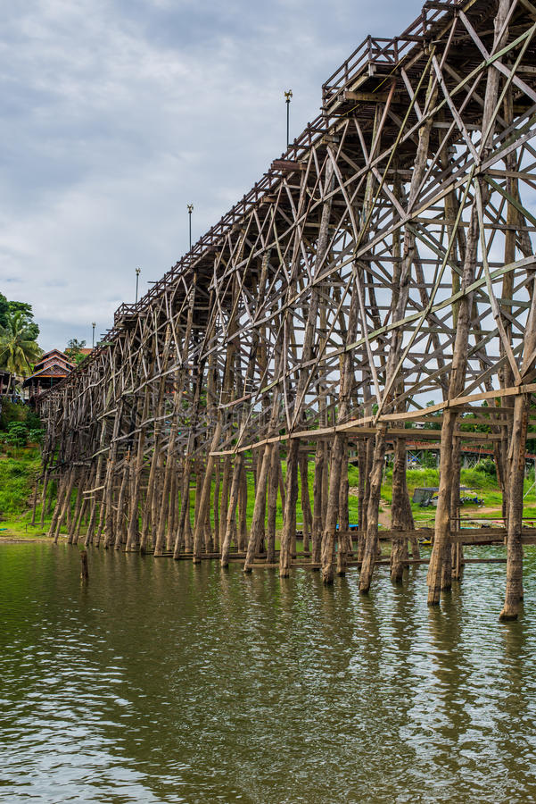 Montag-Brücken-Holzbrücke über dem Fluss in Sangkhlaburi-Bezirk, Kanchanaburi lizenzfreie stockbilder