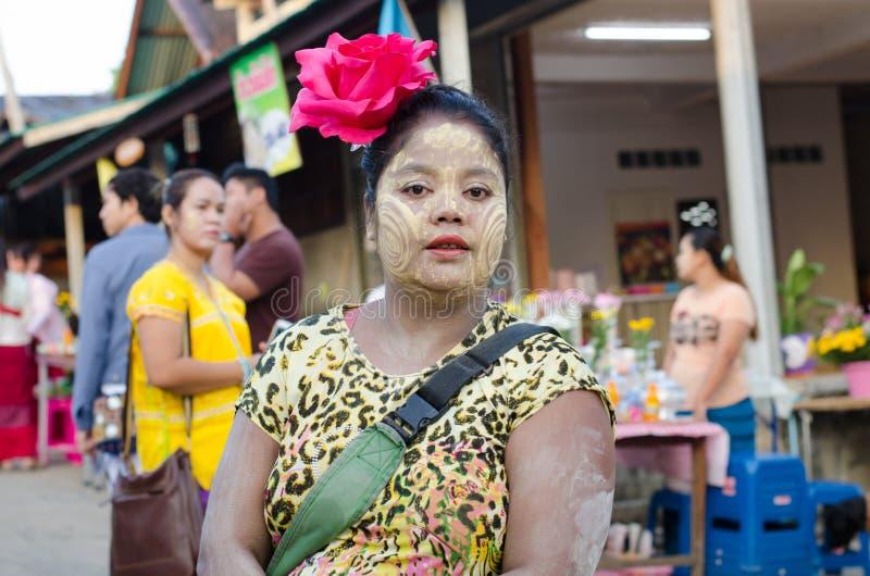 Montag-Frau mit thanaka stockbilder