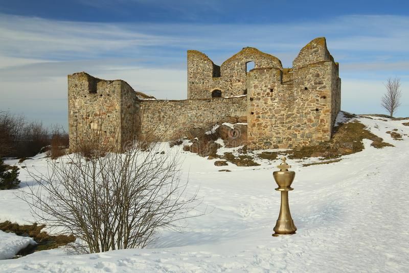Montage εικόνας με το χρυσό βασιλιά σκακιού στο μέτωπο του κάστρου Brahehus στη Σουηδία στοκ φωτογραφίες με δικαίωμα ελεύθερης χρήσης