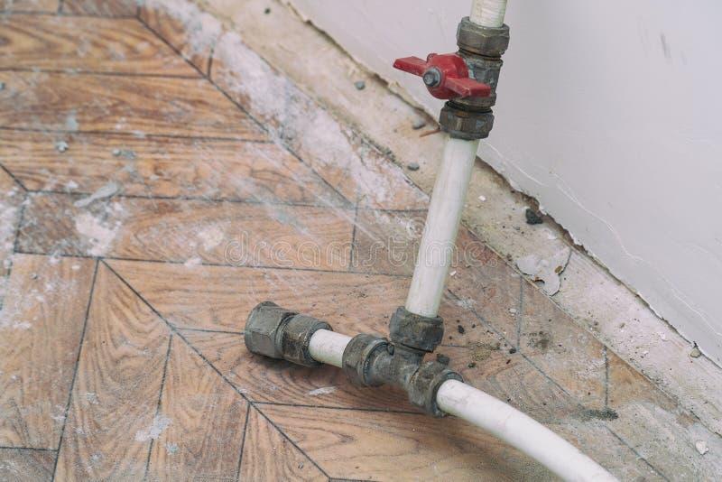 Montage démantelé utilisé, robinet et tuyaux en plastique photo libre de droits